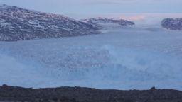 Огромен айсберг се откъсна от Гренландия (видео)