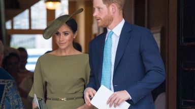 Меган елегантна в маслиненозелено на кръщенето на принц Луи