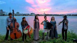 Американска група от Ню Орлиънс пее с притворени очи български народни песни