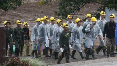 Спасиха 12-те деца и треньора им от пещерата в Тайланд