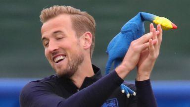 Англичаните се замерят с гумени пилета преди полуфинала (снимки)