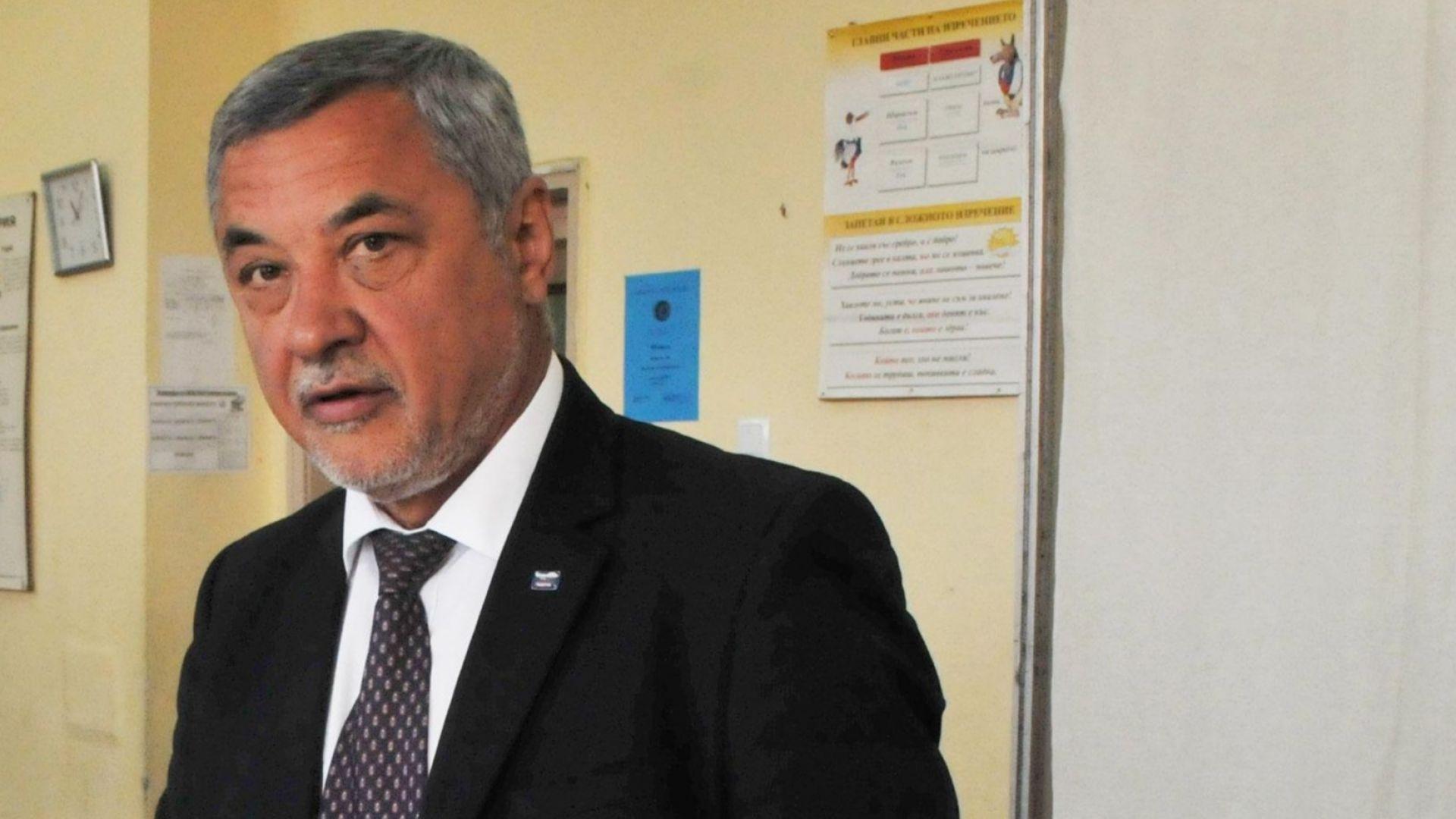 Бъдещето на кабинета се решава по късни доби, вицепремиерът Симеонов събира ръководството на НФСБ