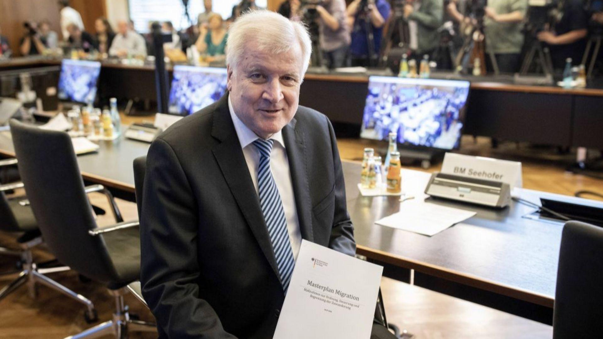 Искат оставката на Зеехофер след самоубийството на мигрант