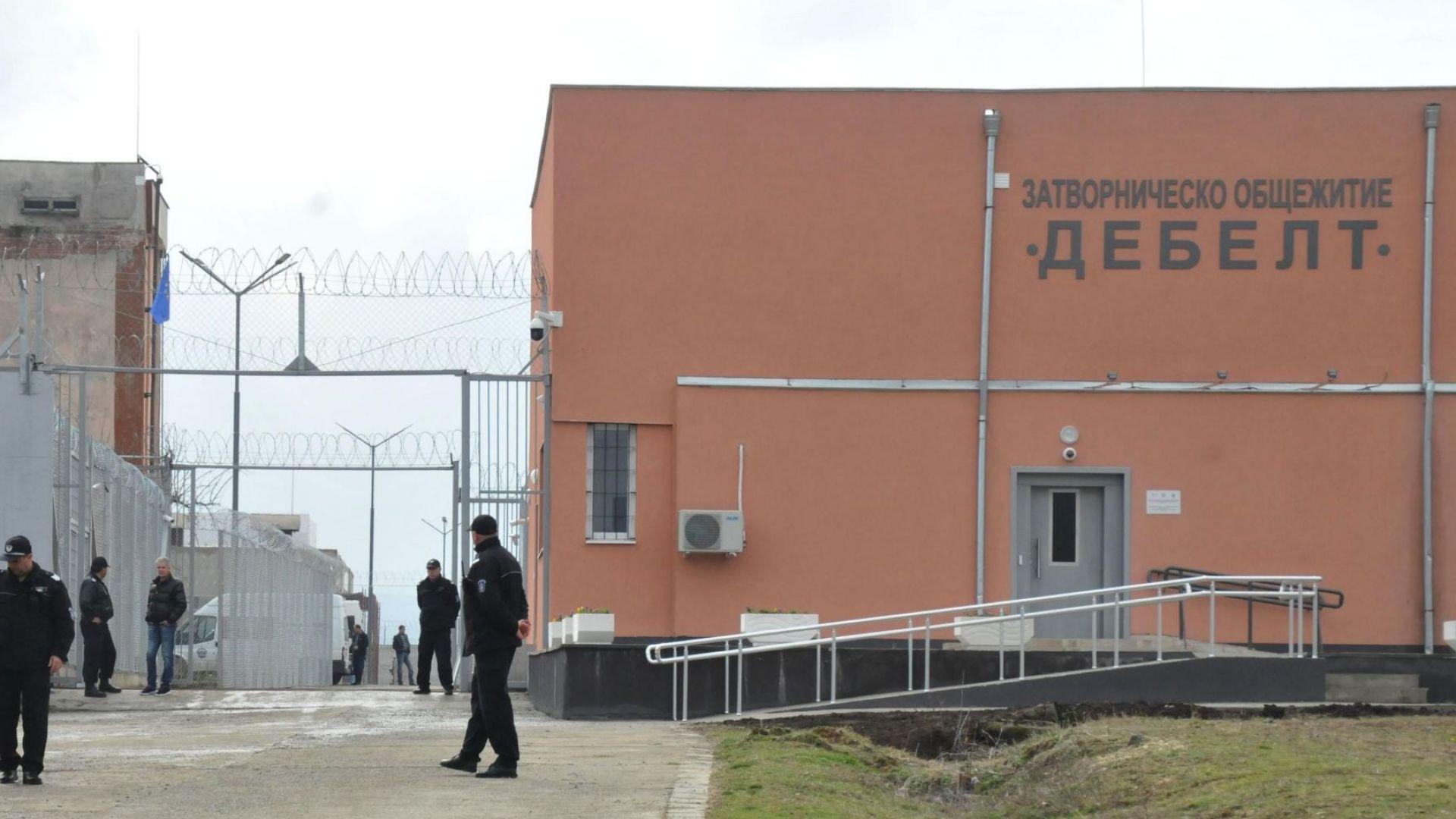 Затворници молят за книги, дават им ги като дарение