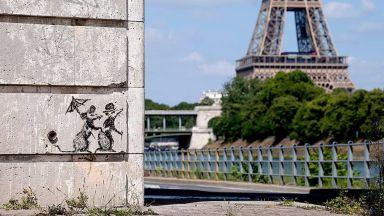 Банкси предизвика дебати със свои графити в Париж (снимки)