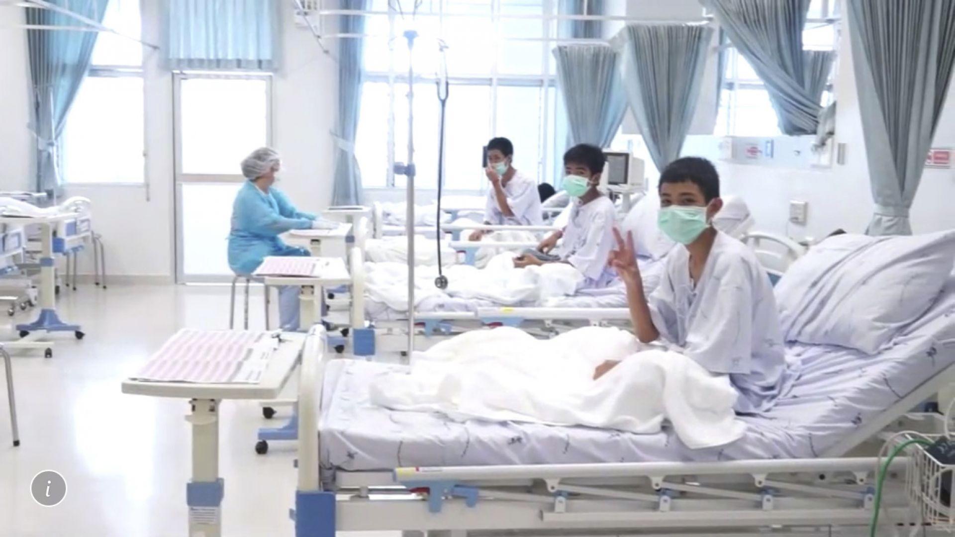 Видео: Спасените в Тайланд деца помахаха на целия свят