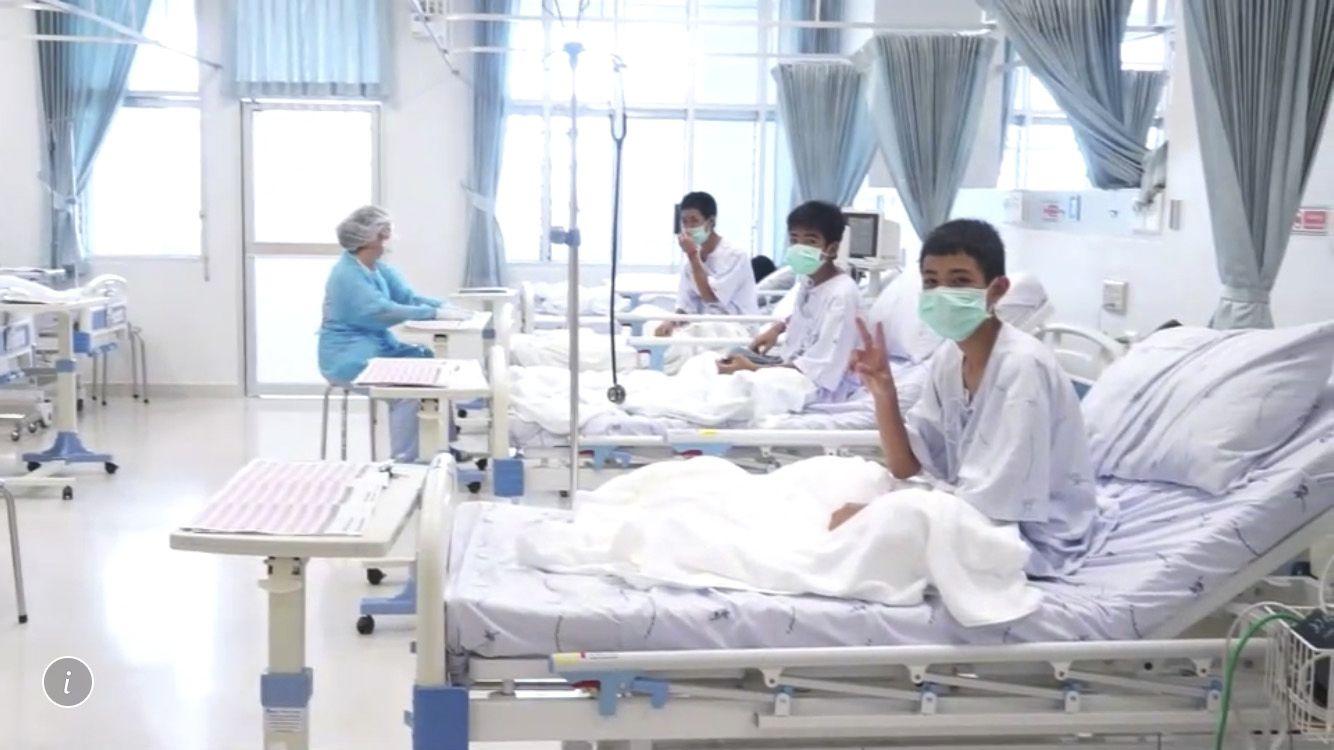 Момчета от младежки футболен отбор бяха лекувани в болница, след като бяха спасени от пещера в Тайланд на 11 юли