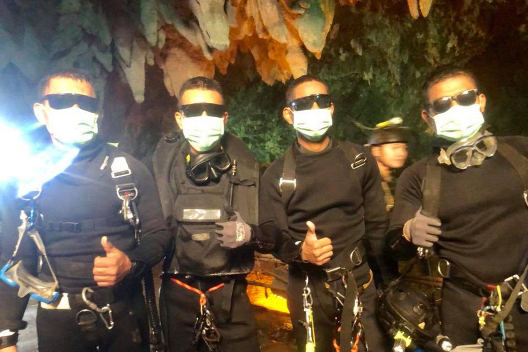 Последните спасители, които излязоха от пещерата вчера