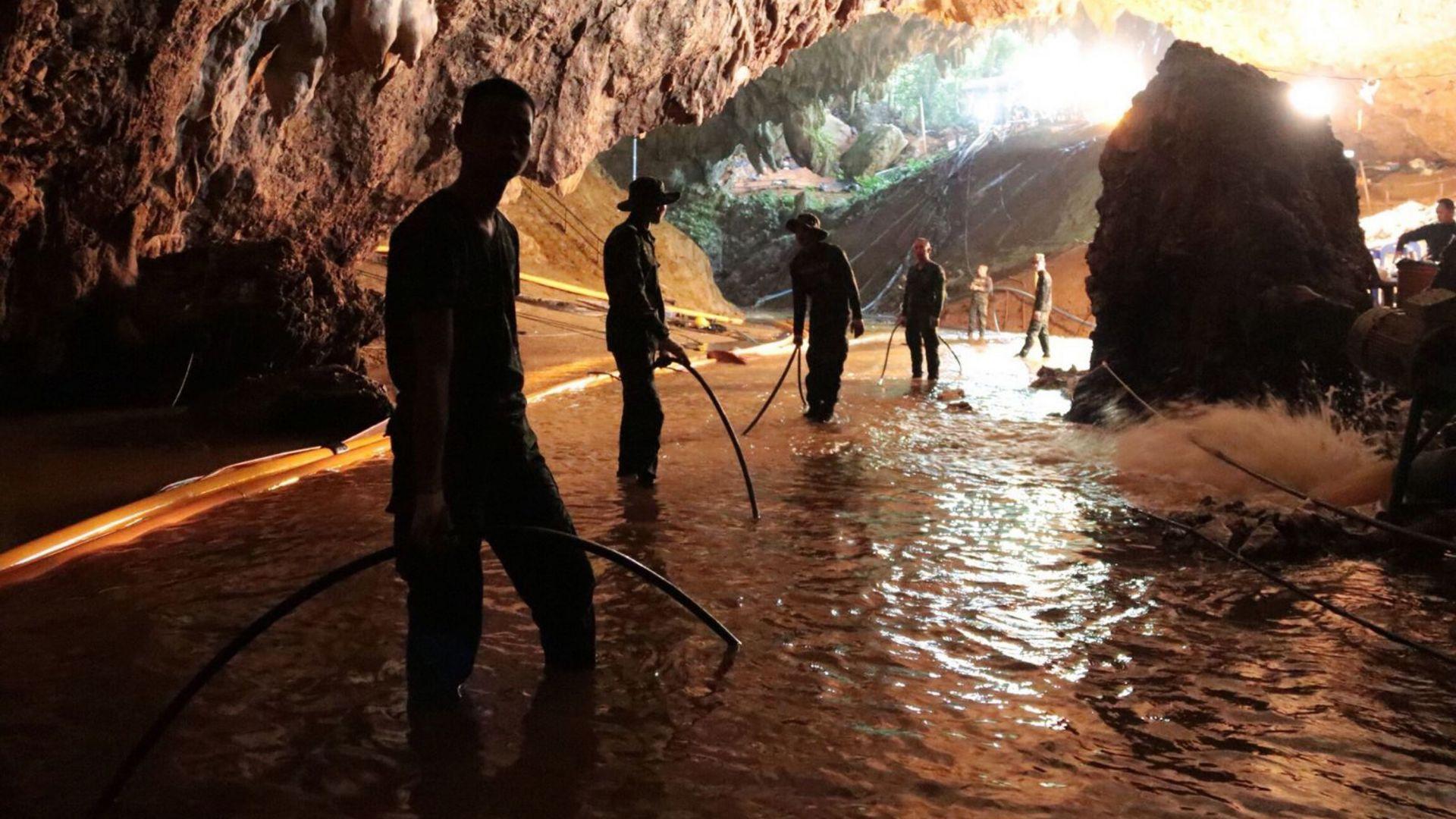 Някои от спасените деца в Тайланд спели при извеждането им от пещерата (видео и галерия)
