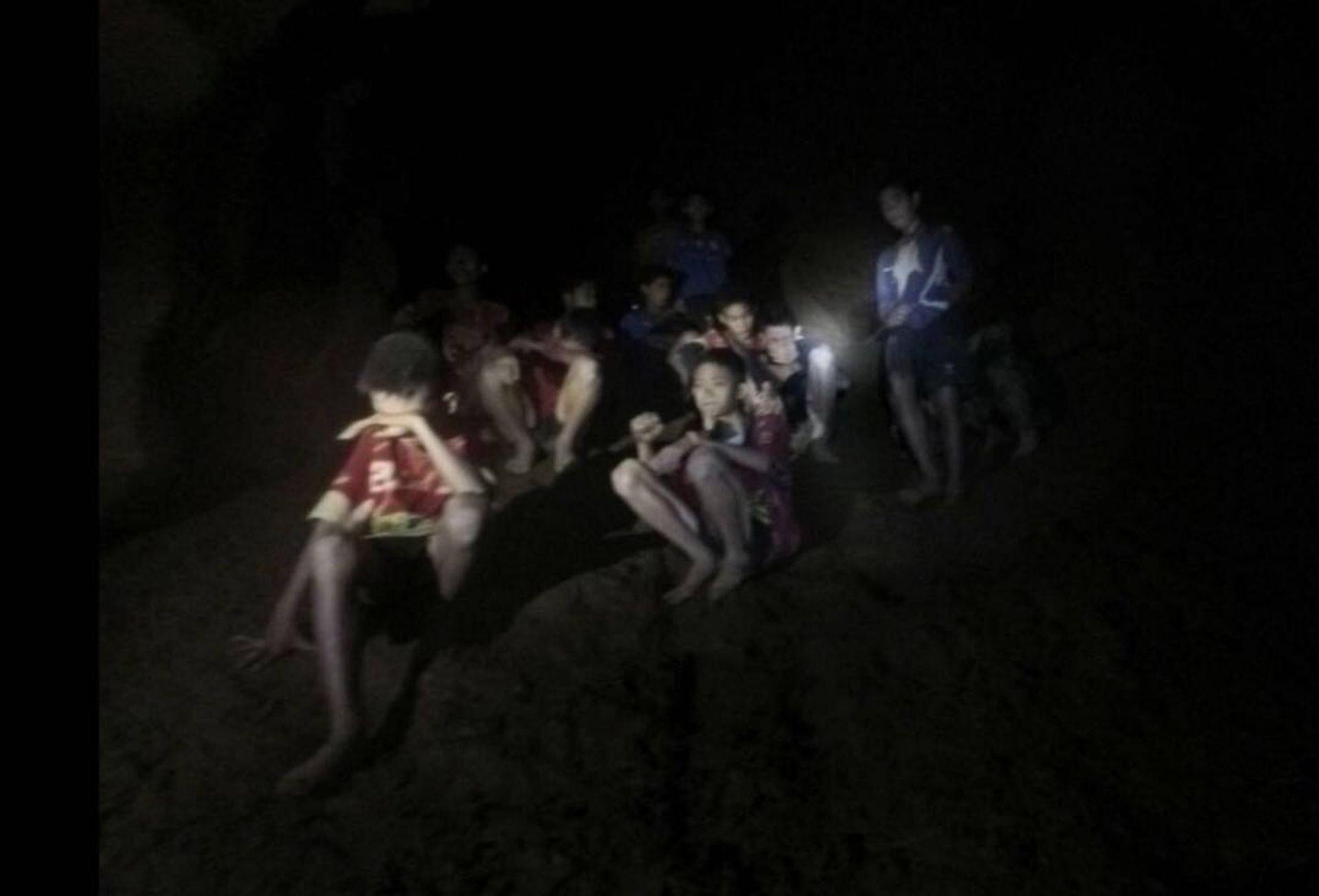 Момчета бяха блокирани в пещерата  повече от 2 седмици