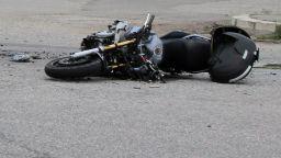 Моторист се блъсна в стена и загина на място
