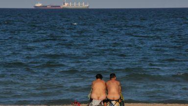 Нудисти на Северния плаж в Бургас въпреки протестите