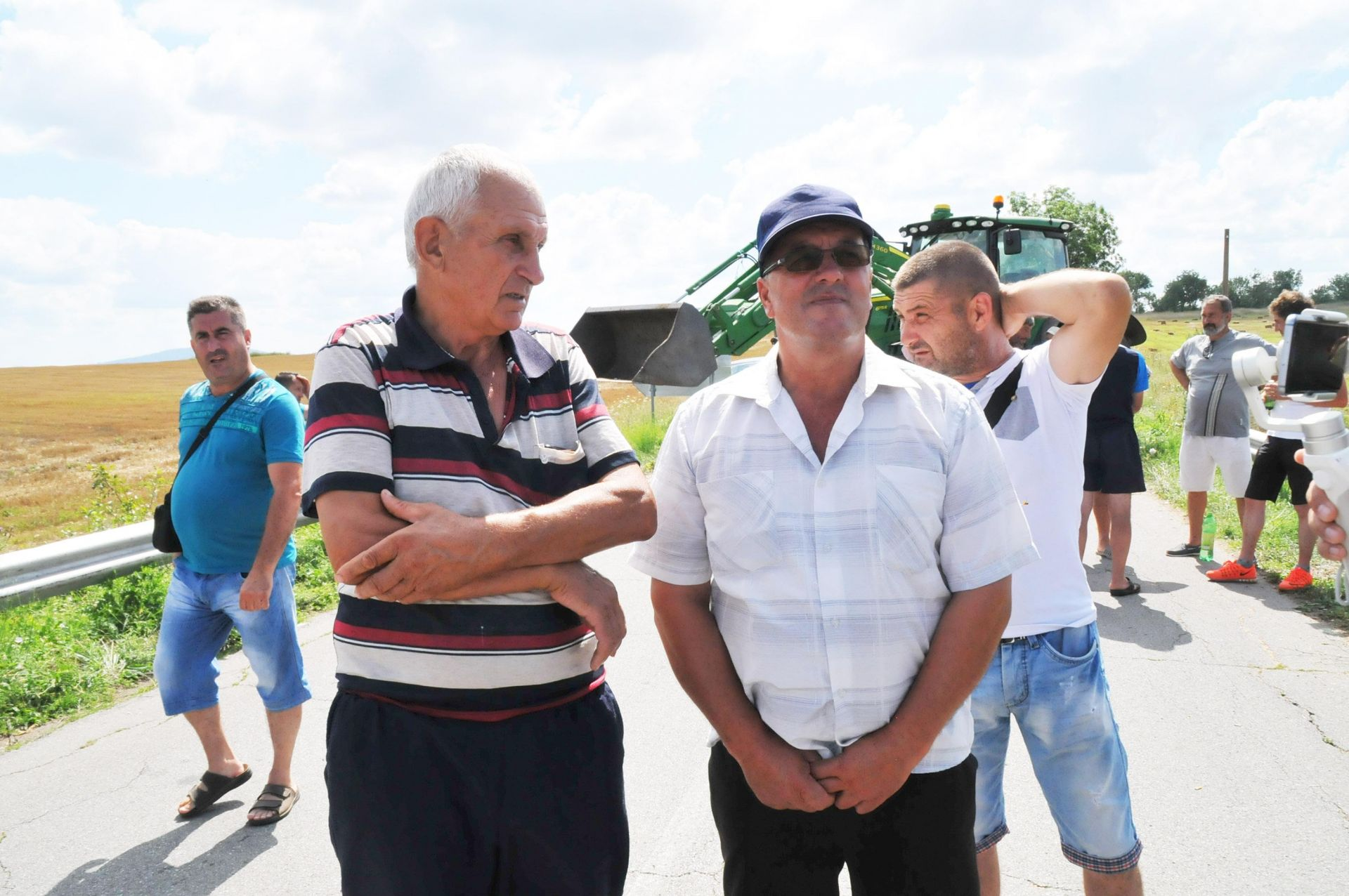 Десетки животновъди блокираха тази сутрин пътя Болярово – Елхово, на кръстовището за село Мамарчево