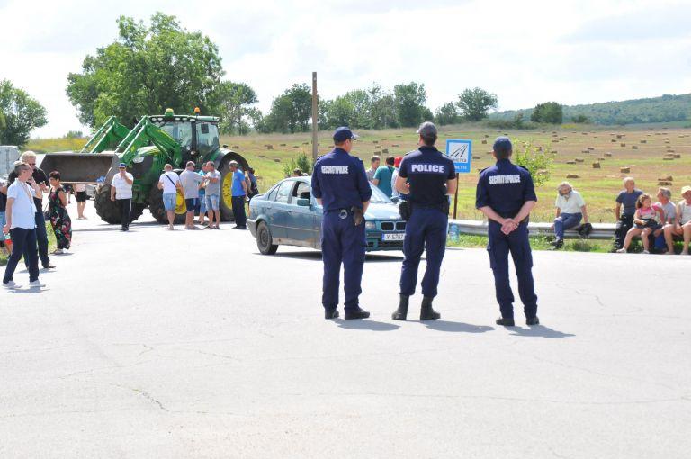 Десетки животновъди блокираха тази сутрин пътя Болярово – Елхово