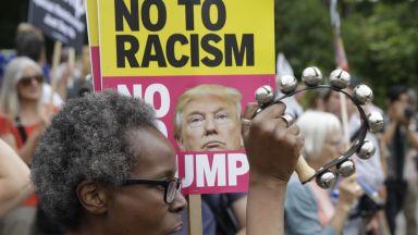 Слаби протести посрещнаха Тръмп в Лондон (снимки и видео)