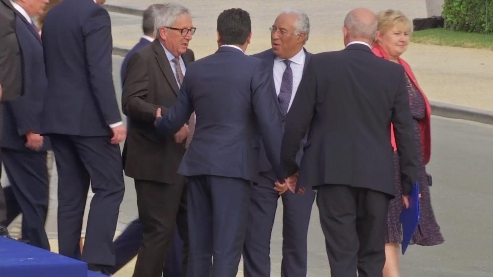 В социалните мрежи питат: Пиян ли е Юнкер на срещата на НАТО?