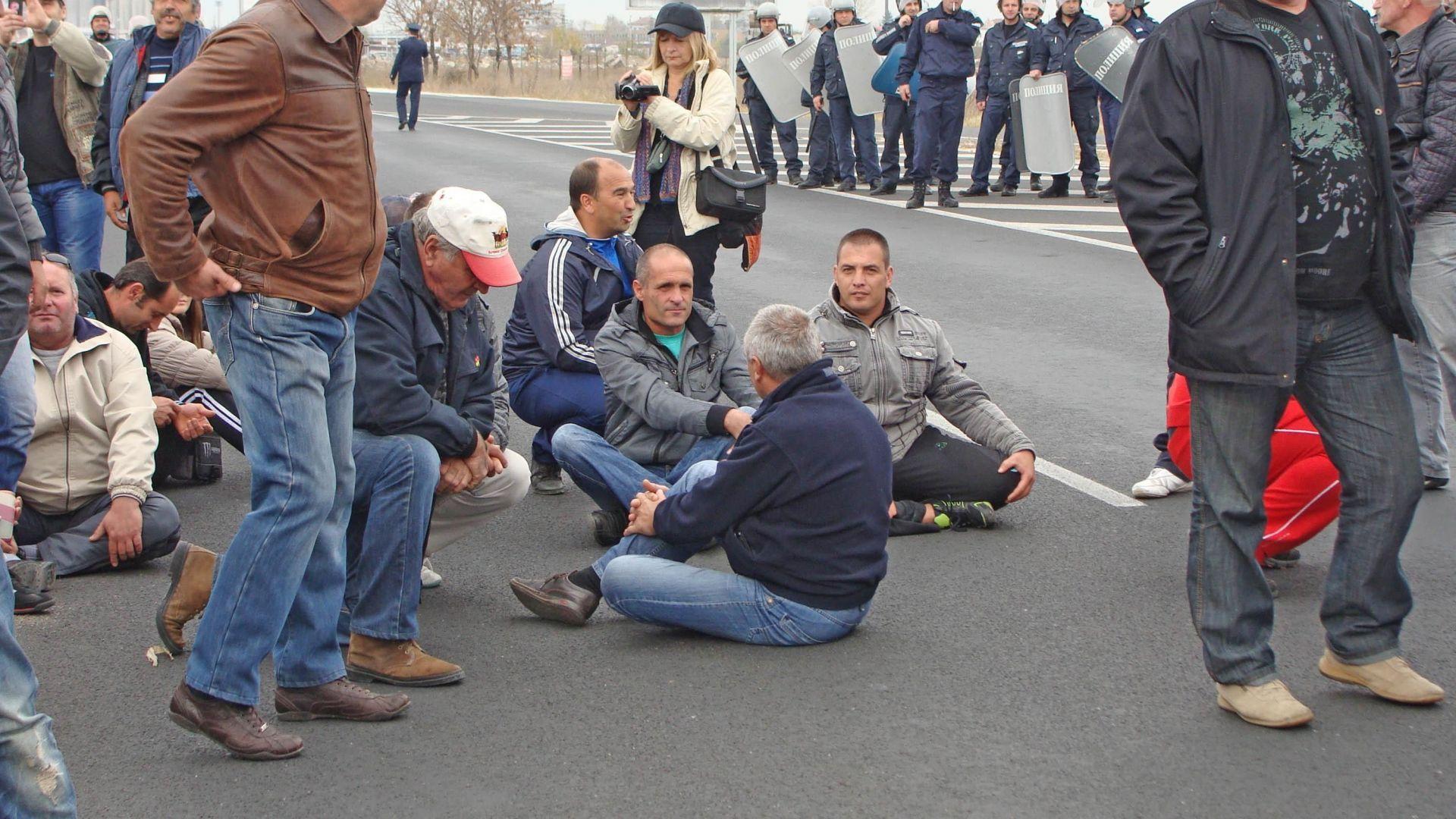 Фермери излизат на протест, блокират пътя София-Варна край Арбанаси