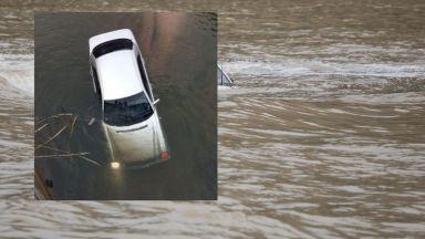 Кола излетя от пътя и падна в рибарник, младежи оцеляха по чудо (видео)