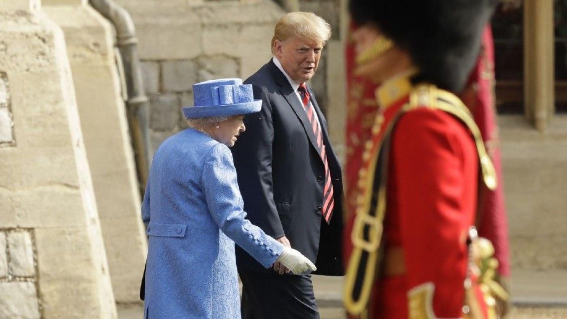 Тръмп наруши три пъти протокола на срещата с кралицата (снимки+видео)