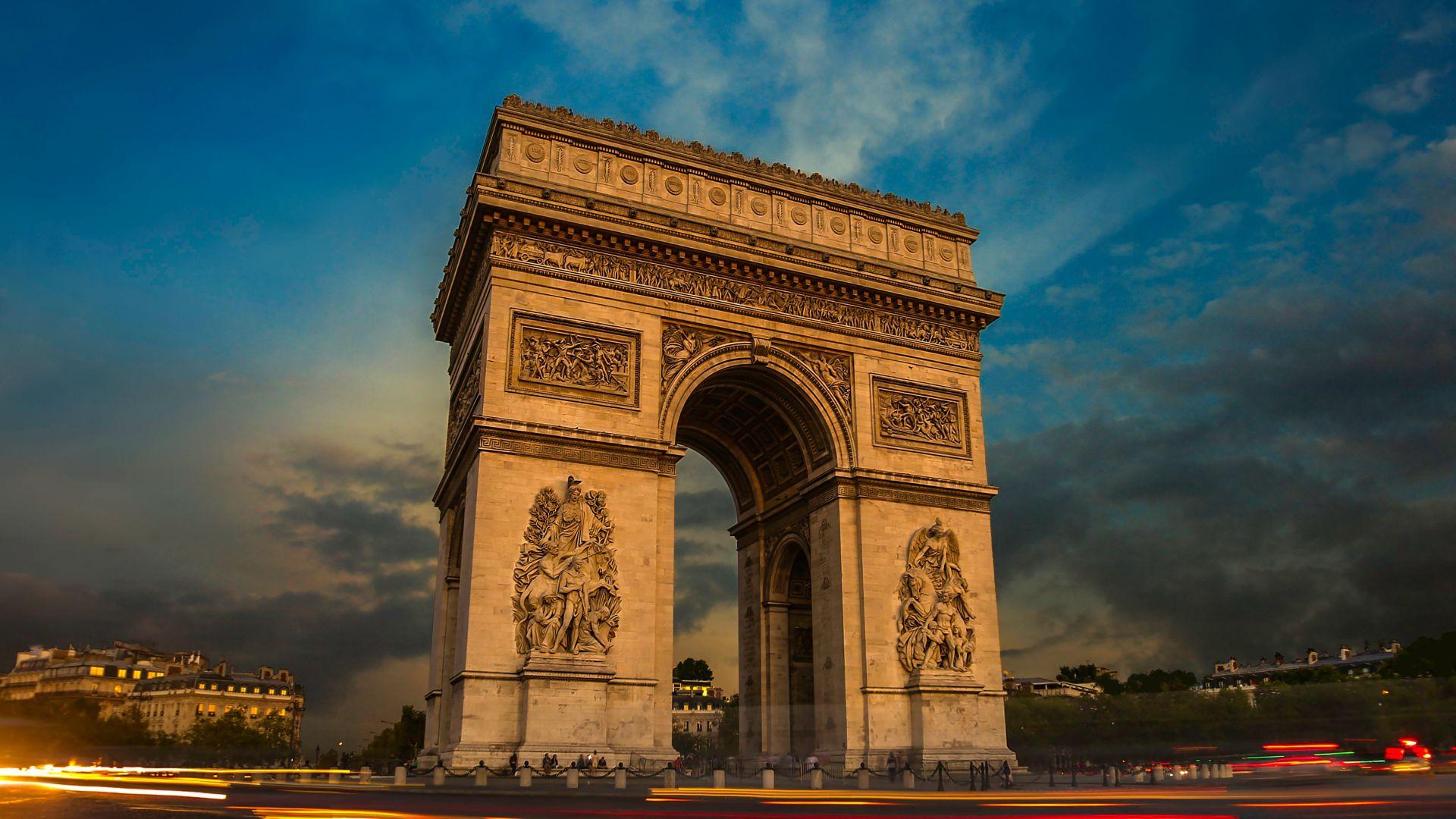 Франция отбелязва националния си празник с военен парад на Шанз-Елизе
