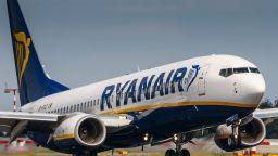 """Самолет на """"Райънер"""" кацна аварийно в Гърция заради пожар на борда"""