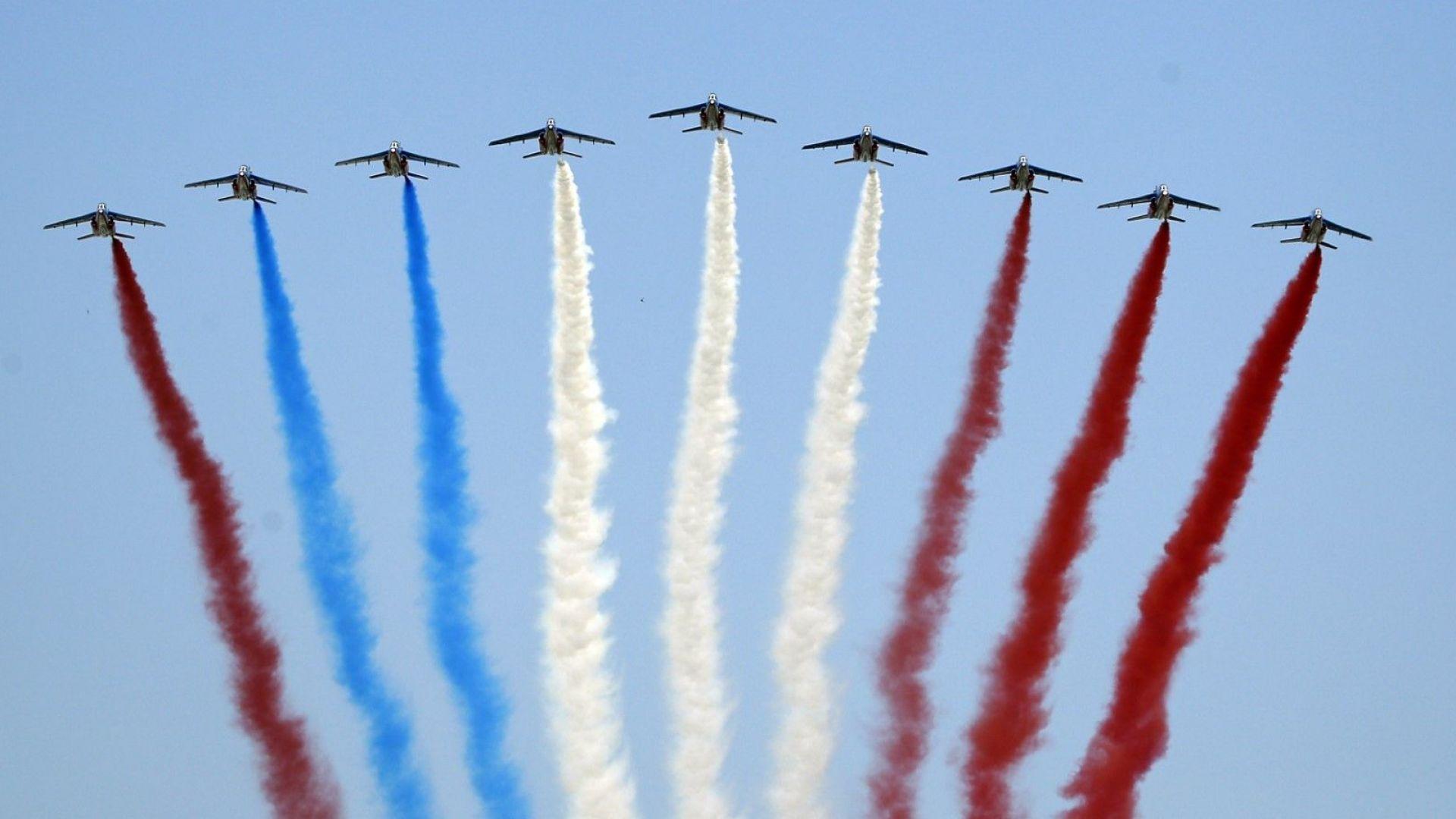 Военен парад в Париж сложи началото на празничен уикенд в цветовете на френския трикольор