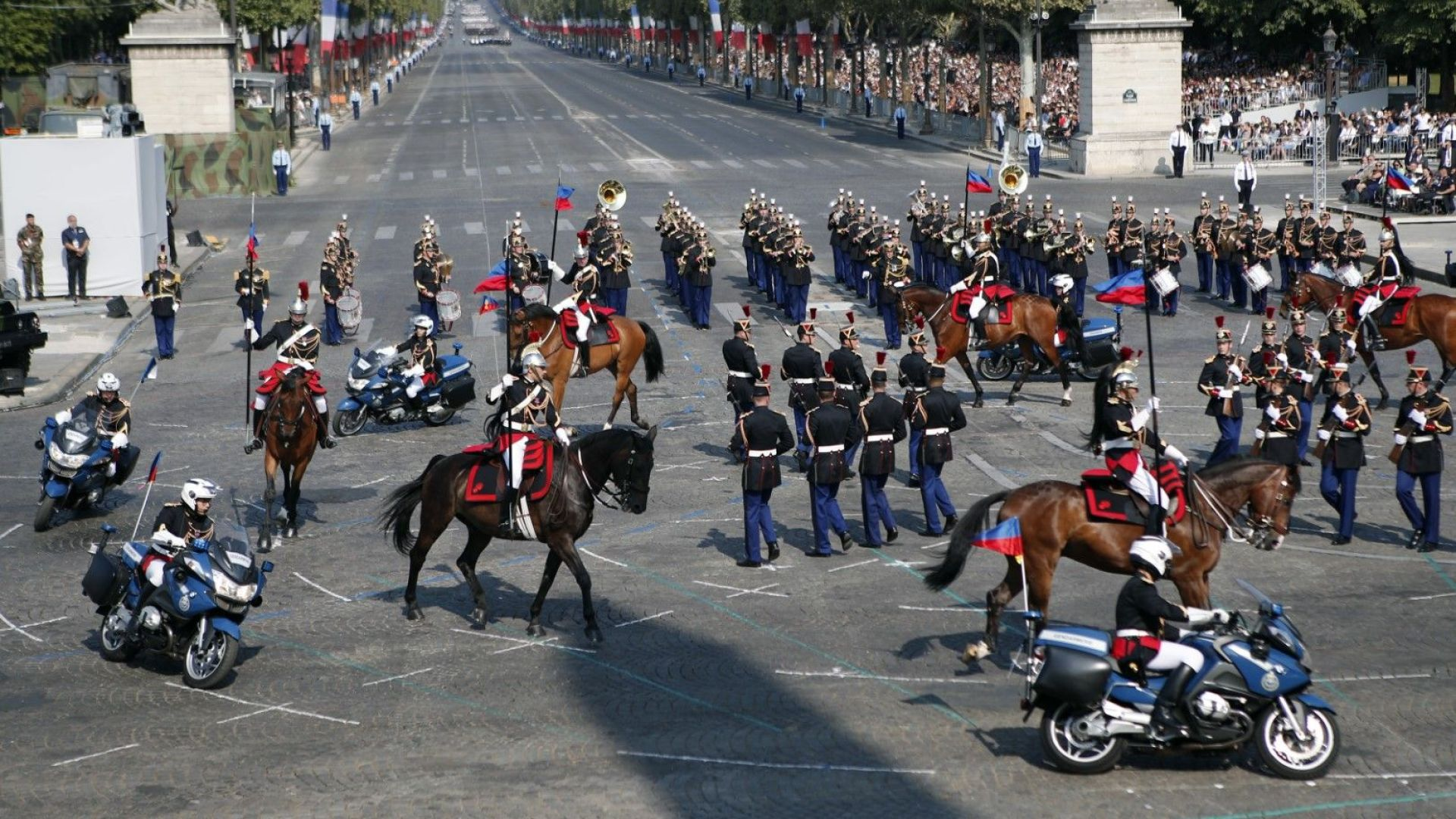 250 коня участваха в парада