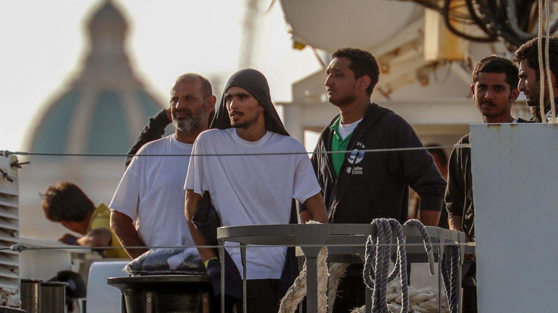 Италия търси държави, които да приемат 450 спасени от нея мигранти