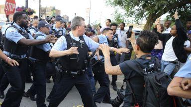 Полицай простреля смъртоносно мъж в Чикаго и предизвика гняв, агресия, сблъсъци
