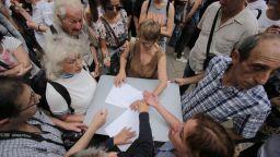 Протестиращи в София: Президентът да свика КСНС заради умъртвяването на животни в Ямболско