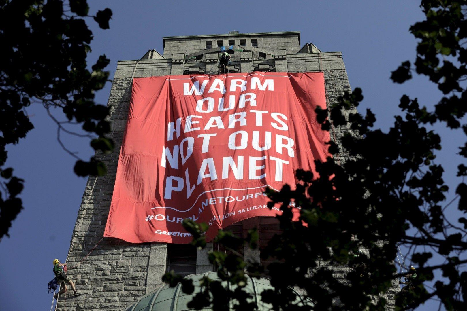 Членове на Грийнпийс пък спуснаха 64-метров плакат от камбанарията на една от църквите