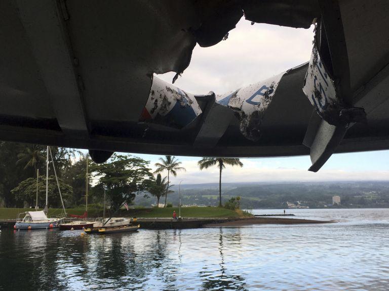 """""""Бомба"""" от вулканична лава рани 22 души на туристическо корабче"""