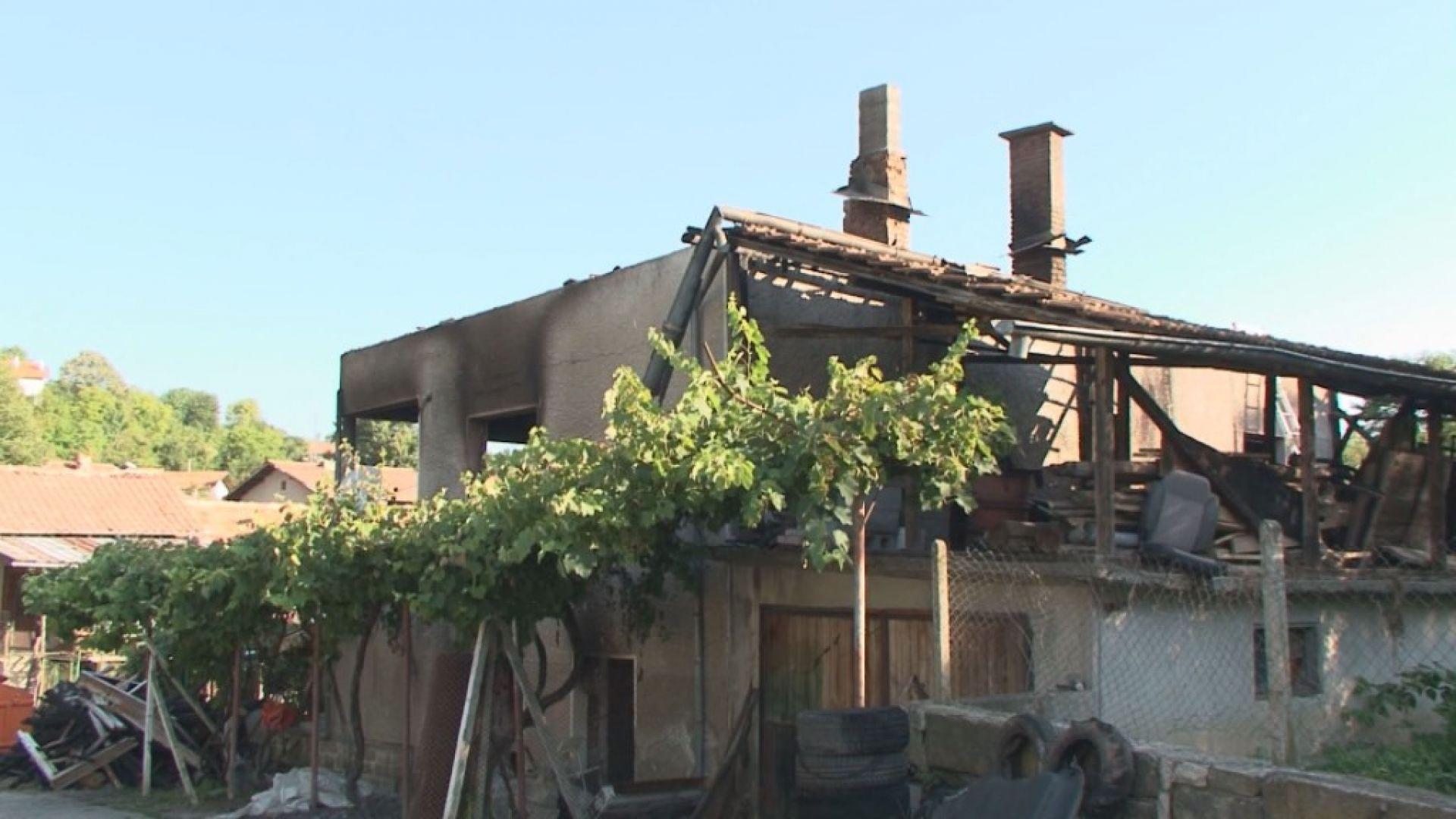 Къщата на бивш селски кмет изгоря, подозират палеж