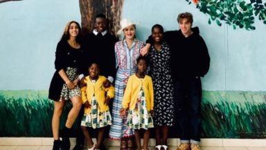 Мадона със семеен портрет от Малави с 6-те си деца (снимка)
