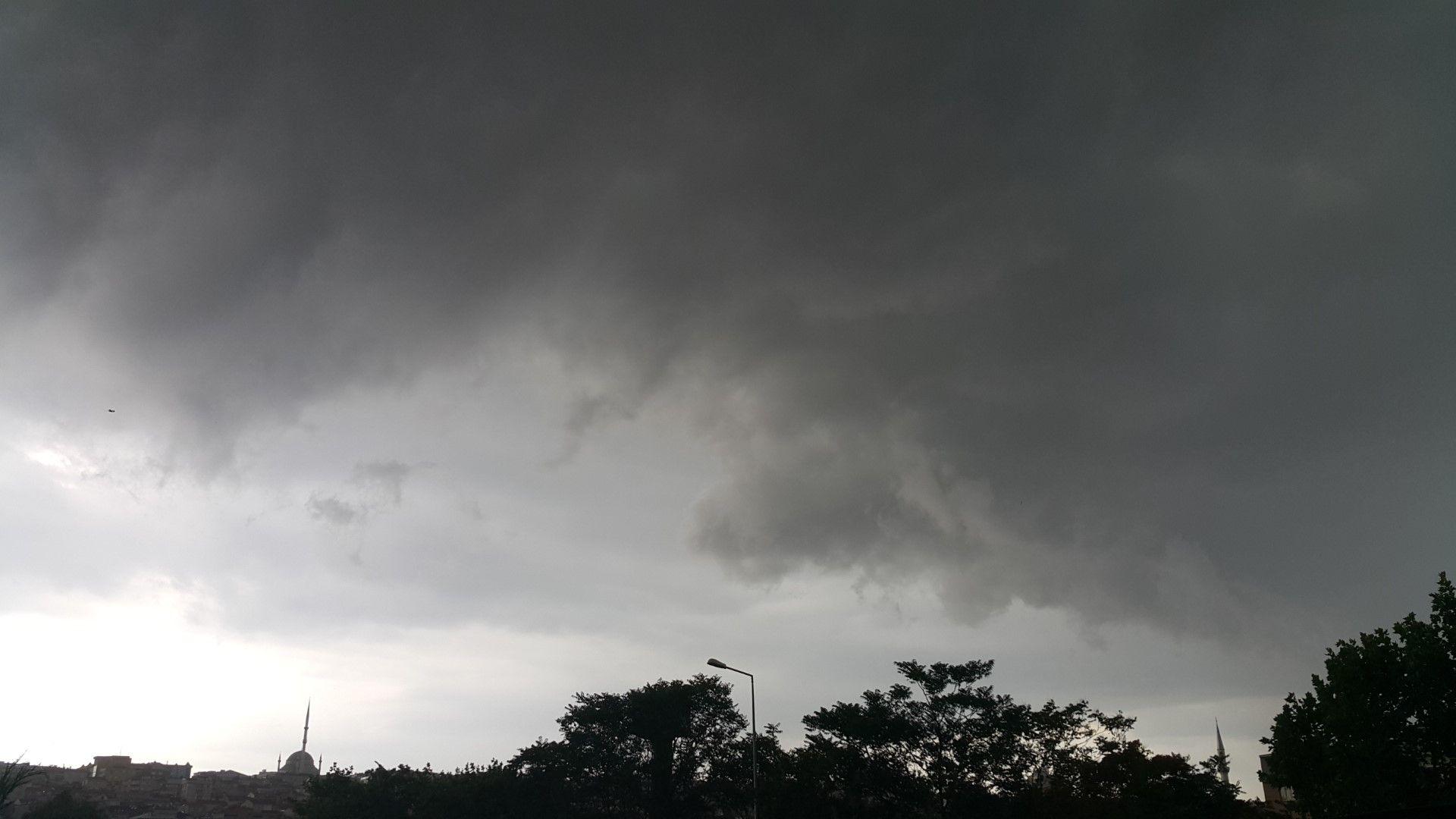 Дъжд  и  гръмотевици на североизток довечера