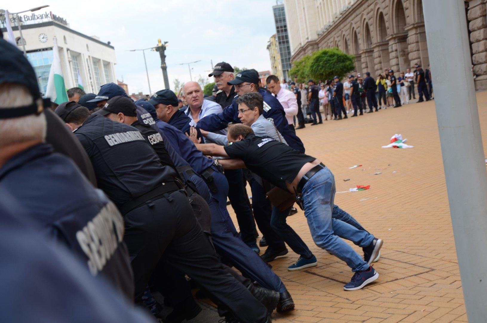 Стигна се до сблъсъци на фермери и полицаи