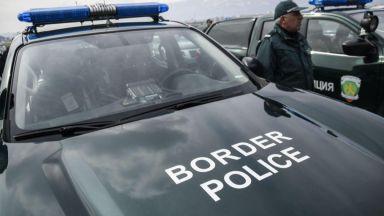 Задържаха след гонка трима каналджии, опитали да изведат бежанци
