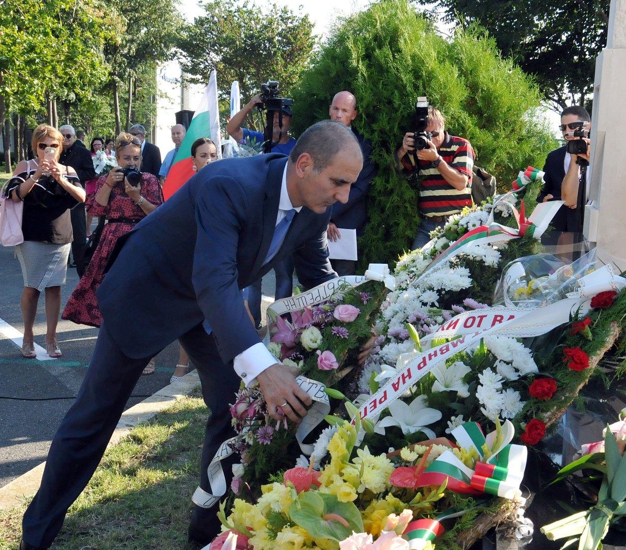 Цветан Цветанов, който по време на атентата беше вътрешен министър, постави венец