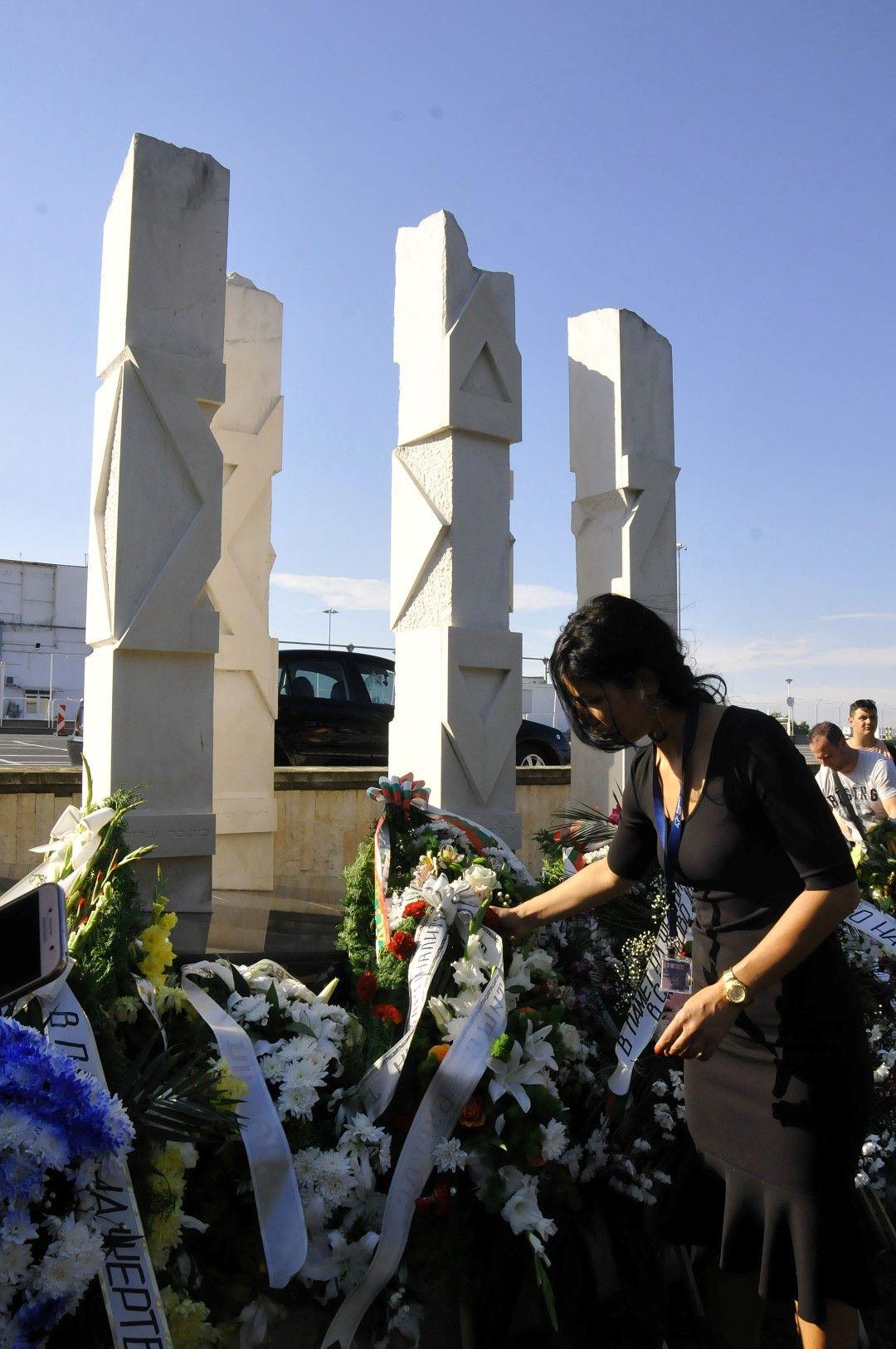 Близки на загиналите идват всяка година на мемориала, изграден в тяхна памет