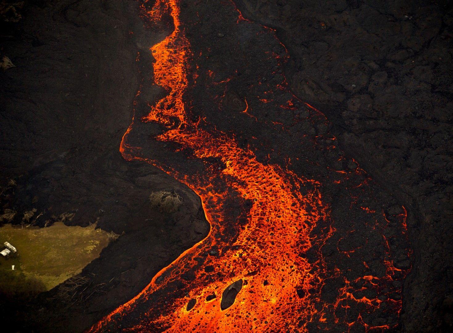 Потокът от лава се проточи на километри на изток