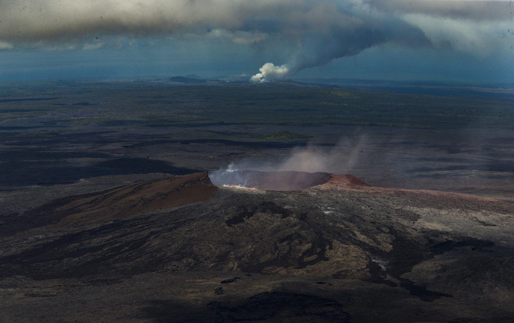 Голяма част от кратера на върха продължава да изригва
