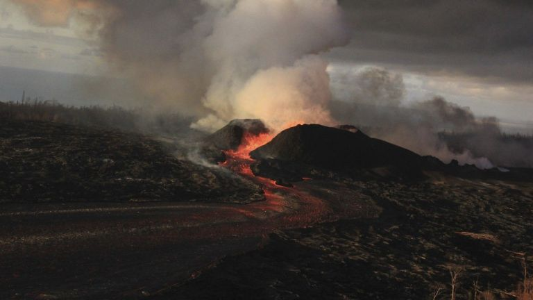 Вулканът Килауеа на Хаваите продължава да изригва (снимки)