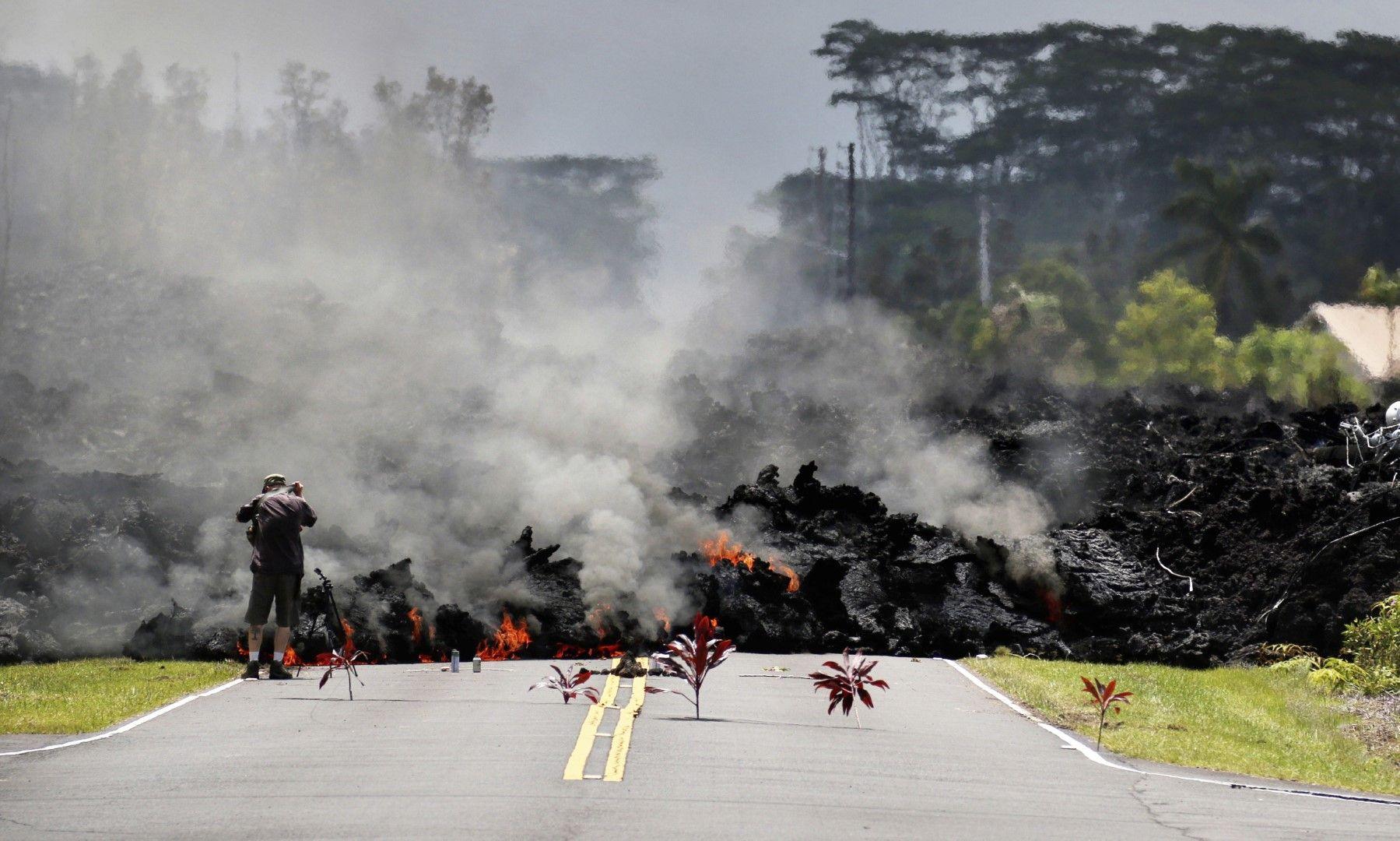 """Продължаващото изригване привлича и все повече любопитни """"лавови"""" туристи"""