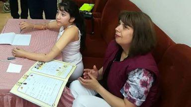 10-годишната Еля, родена без ръце и крака, вече ходи и пише