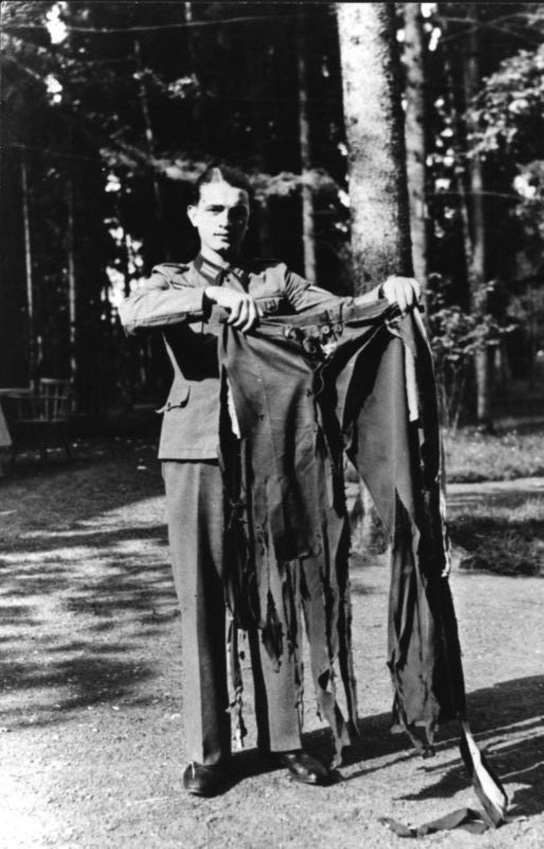 Войник показва панталона на Хитлер, който е носил по време на експлозията