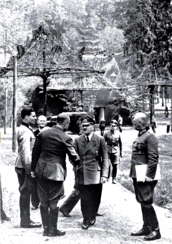 Растенбург, 15 юли 1944 г. Щауфенберг (вляво) срещу Хитлер. Човекът, който се ръкува с фюрера, е генерал Карл Боденщат, сериозно ранен 5 дни по-късно от бомбата на Щауфенберг