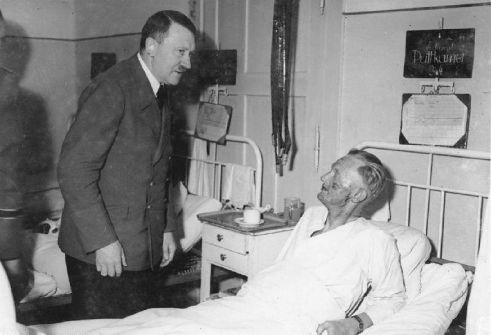 Хитлер на посещение при един от ранените военни