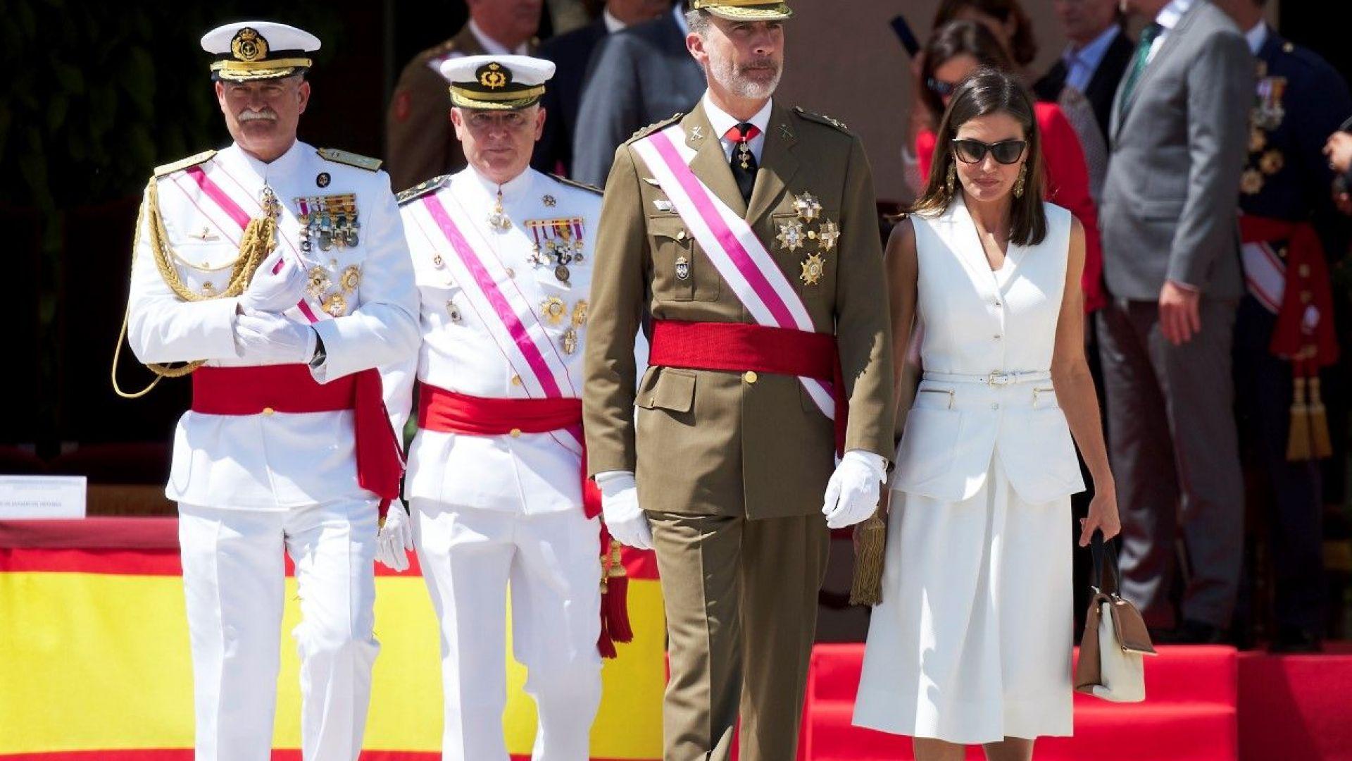Кралица Летисия като в парадна униформа на военно събитие