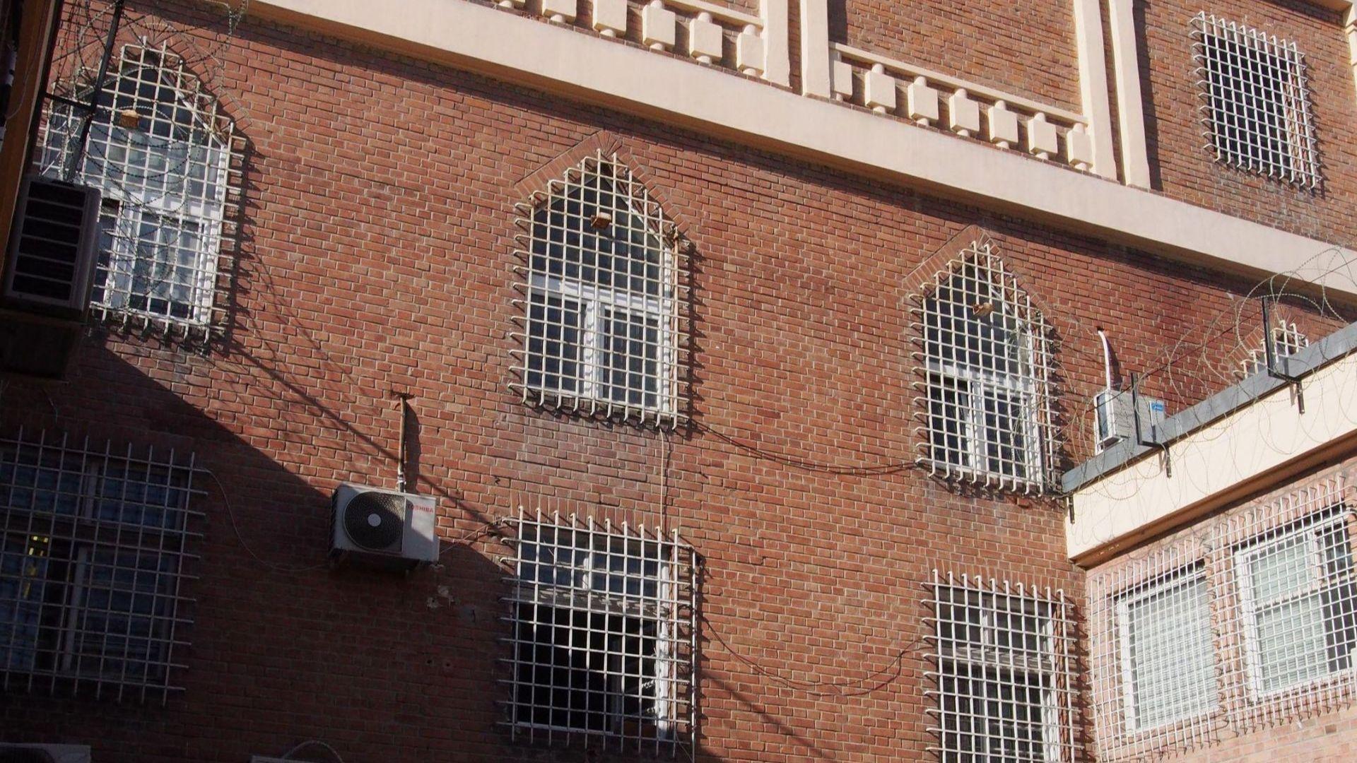 Съдът пусна под домашен арест подкупен затворнически служител