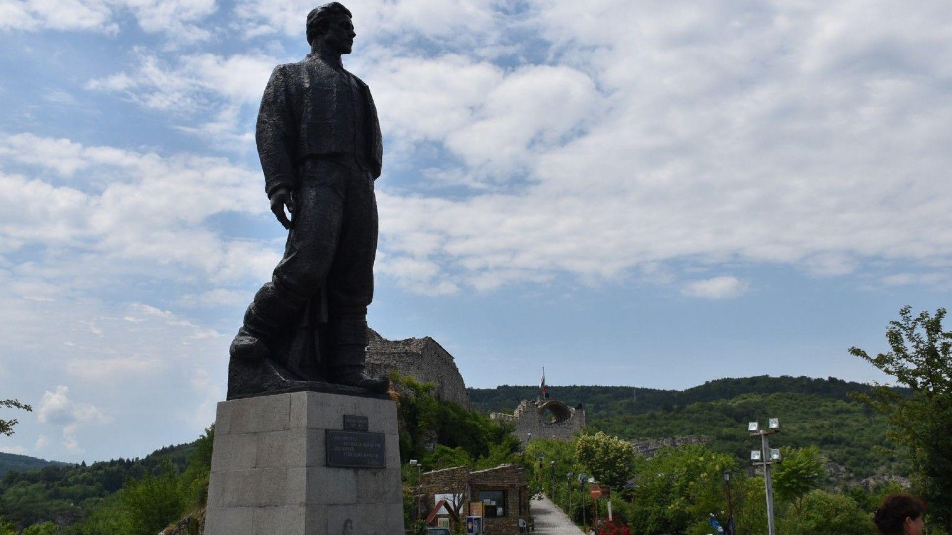 Вандали поругаха паметника на Васил Левски в Ловеч